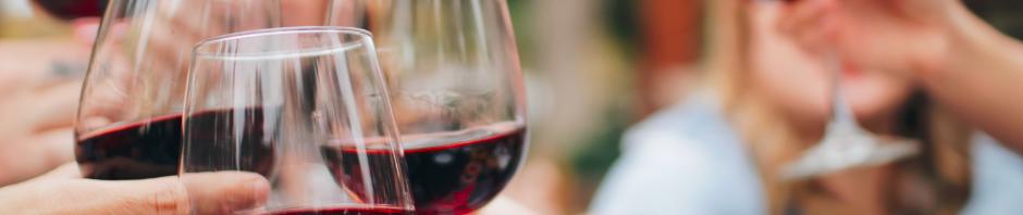Amis en train de trinquer lors d'un repas avec des verres de vin