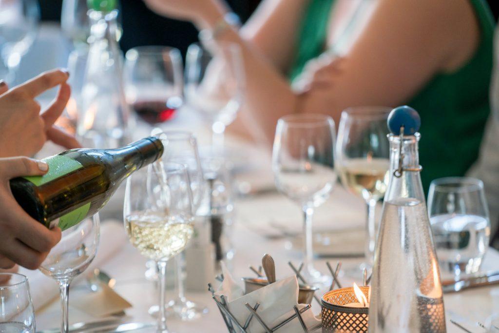 Champagne servi dans une coupe à l'apéritif